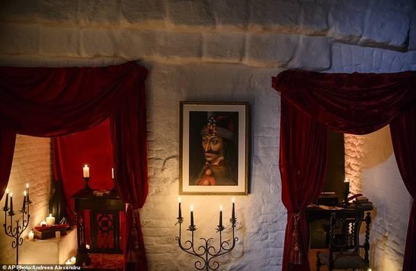 Tòa lâu đài nổi tiếng vì gắn liền với hoàng tử Vlad Tepes (bức chân dung treo trên tường), trị vì xứ Wallachia, kẻ có thú vui tàn bạo là dùng cọc xiên vào thân thể các nạn nhân của mình. Vlad chính là người tạo cảm hứng cho Bram Stoker viết nên tác phẩm về Bá tước Dracula. Ảnh: AP.