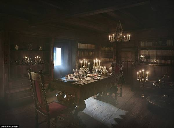 Để giành được suất trải nghiệm rùng rợn này, mọi người cần tham gia cuộc thi trên trang web đặt phòng Airbnb. Các ứng viên sẽ phải trả lời những câu hỏi liên quan tới bá tước Dracula, về điều họ sẽ nói nếu họ gặp ông. Người thắng cuộc sẽ bay tới Romania, đến tòa lâu đài nằm ở dãy núi Carpathian. Nếu ngủ trong quan tài khiến họ quá kinh hãi, vẫn có những chiếc giường để đề phòng. Ảnh: Peter Guenzel.