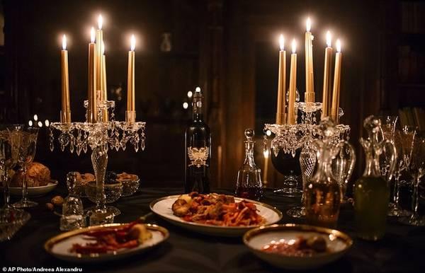 """Dacre cho biết """"Đêm Halloween trong lâu đài Dracula"""" là một cách làm sống lại cuốn sách, đem đến mọi người cảm giác sợ hãi đến tận cùng"""". Cặp khách chiến thắng sẽ được đi tour quanh lâu đài, sau đó thưởng thức bữa ăn bày trên bàn trang trí bằng nến, và món thịt gà giống như trong tiểu thuyết. Ảnh: AP.  Bên trong lâu đài của kẻ khát máu Dracula"""