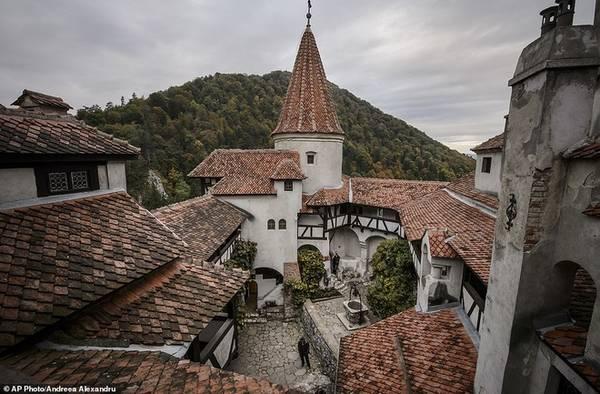Lâu đài Bran ban đầu là một pháo đài quân sự, được xây dựng trên một quốc lộ nối Transylvania với phía nam Romania. Hoàng tử Vlad không phải là chủ lâu đài, nhưng mọi người cho rằng ông thực hiện những thú vui tàn ác của mình tại đây. Ảnh: AP.