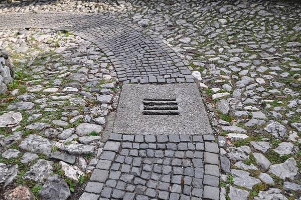 Con đường lát đá dẫn lên tòa lâu đài. Vé vào tham quan lâu đài là 20 euro.
