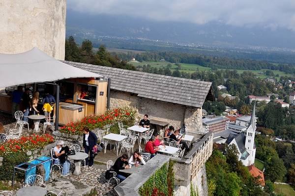 Hiện trong lâu đài có một nhà nguyện, một nhà hàng, hai sân, một bảo tàng, một hầm rượu vang. Từ sân thượng, du khách có thể phóng tầm mắt ra khung cảnh ngoạn mục xung quanh hồ Bled.