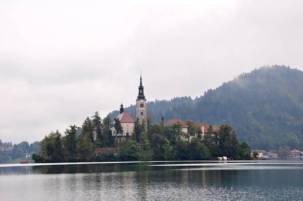 Điểm độc đáo nhất của hồ là hòn đảo nổi tự nhiên với nhiều công trình mang nét kiến trúc độc đáo. Trong đó điển hình là tòa giáo hội Assumption, điểm hành hương của những theo đạo Thiên Chúa xây dựng từ thế kỷ 15.