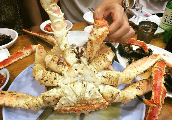 """Nơi ăn uống """"đã"""" nhất theo tư vấn là chợ cá Noryangjin, được ví như đại dương giữa lòng thành phố với đủ món hải sản."""