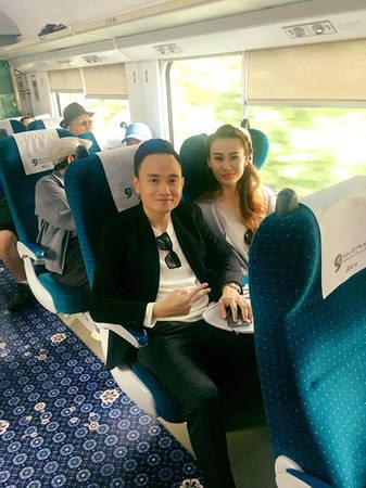 Hai vợ chồng trải nghiệm đi tàu cao tốc.