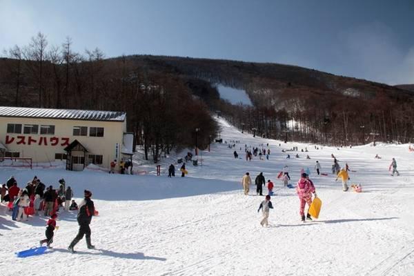 Fukushima mùa đông phù hợp cho những chuyến đi trải nghiệm các hoạt động trên tuyết. Đặc điểm địa hình Fukushima là nhiều đồi núi thấp, dốc thoai thoải và kéo dài, tạo nên những sườn trượt tuyết bất tận.