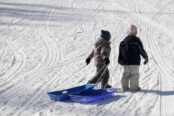 """Thưởng thức vẻ đẹp của tuyết chính là các hoạt động """"snow shoeing"""" với nhiều phiên bản, hay chỉ đơn giản là đi ủng và lội tuyết. Điểm thú vị của những hoạt động vui chơi này là có thể đi vào rừng sâu, những triền đồi núi hay băng qua mặt hồ nước, đến những vùng đất mà chúng ta không dễ đặt chân vào các mùa khác."""