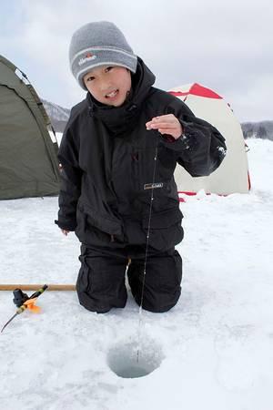 Bạn có thể câu cá trên băng trong hồ Haibara.