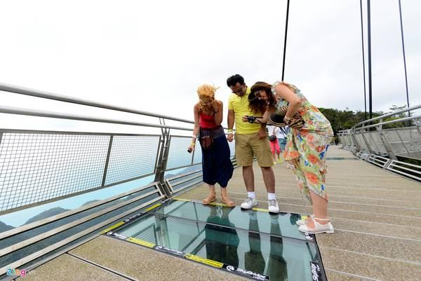 Tại khoảng giữa cầu, các ô kính cường lực trong suốt được lắp đặt mang lại cảm giác chóng mặt cho những ai nhìn xuống phía dưới. Để giữ cho mặt kính không bị xước và dễ quan sát bằng mắt, bất cứ du khách nào muốn bước chân lên trải nghiệm đều phải tháo giày, đi chân trần.
