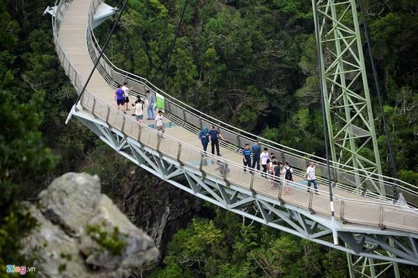 Langkawi Sky cũng có những giới hạn nhất định về số lượng du khách cùng đặt chân lên khám phá cây cầu, để đảm bảo an toàn chịu tải. Trung bình có khoảng 30 đến 50 khách lên cầu một lượt trong khoảng 15 đến 20 phút.