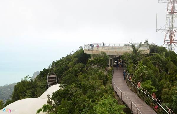 Khi đi trên cầu, du khách có thể leo lên điểm ngắm cảnh trên núi, cao hơn 50 m so với mặt cầu, hoặc vào trung tâm vui chơi giải trí như rạp phim Công viên khủng long 4D, thế giới tranh 3D... nằm trong làng Oriental dưới chân núi.