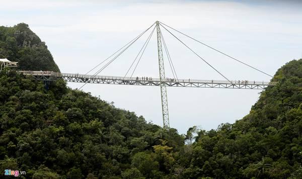 Cây cầu bắc ngang qua hai đỉnh của ngọn núi Gunung Mat Chinchang, ở Pulau Langkawi - một hòn đảo thuộc quần đảo Langkawi, bang Kedah.