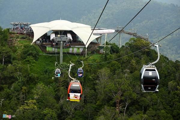 Để có thể lên được cây cầu, du khách đi cáp treo qua hai chặng mất khoảng 20 phút với giá vé khoảng 500.000 đồng/người, hoặc leo đường bộ lên núi mất khoảng 3 giờ.