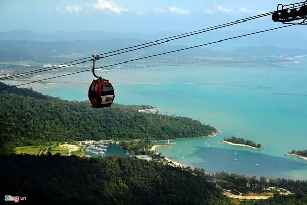 Với người leo bộ, họ mất khá nhiều thời gian trải nghiệm khu rừng nguyên sinh lâu đời, còn với du khách đi cáp treo thì có 20 phút ngắm vịnh du thuyền tuyệt đẹp. Phía dưới là mặt nước biển màu xanh ngọc bích nằm không xa dưới chân núi Gunung Mat Chinchang.
