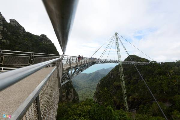 Cầu Langkawi Sky có chiều dài 125 m chỉ có một cột trụ duy nhất đỡ toàn bộ thân cầu bằng dây văng, cách thung lũng phía dưới 100 m.