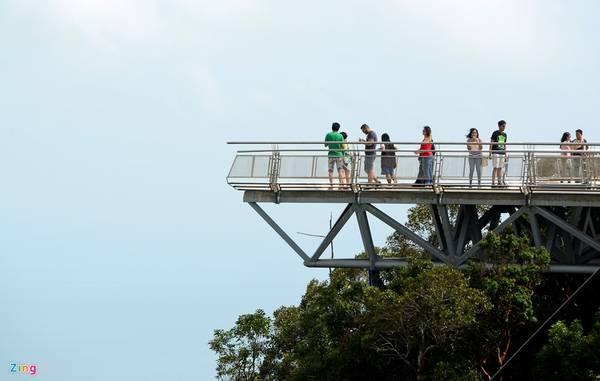 2 chiếu nghỉ hình tam giác ở 2 đầu cầu là điểm dừng để du khách ngừng chân ngắm cảnh núi rừng và biển cả xung quanh ngọn núi.