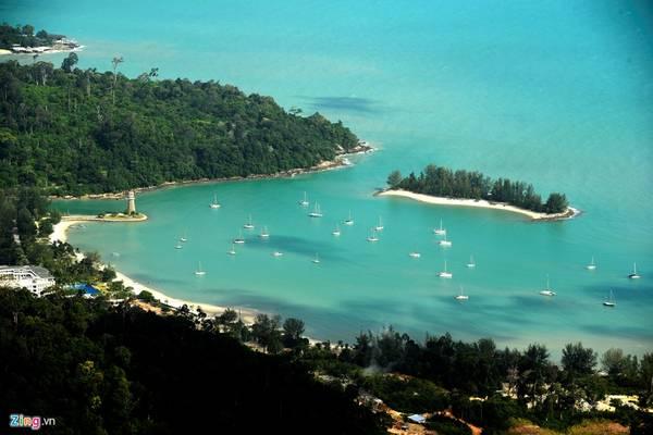 Tại đây, du khách có thể thỏa sức phóng tầm mắt ngắm nhìn vịnh du thuyền tuyệt đẹp phía dưới. Trong những ngày thời tiết trong lành thậm chí họ có thể nhìn thấy đất liền của Thái Lan ở bên kia bờ biển.