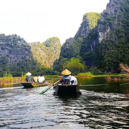 Ninh Bình là điểm khởi đầu cho hành trình du lịch bụi Việt Nam của Marc. Anh đã đi thuyền ở Tam Cốc, khám phá khung cảnh nên thơ của dòng sông và những dãy núi đá vôi.
