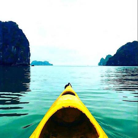 Sau những ngày ở thủ đô, Marc lên đường tới vịnh Hạ Long, chọn trải nghiệm chèo kayak để ngắm nhìn những ngọn núi đá vôi, hang động và tận hưởng làn nước xanh tươi của vịnh.