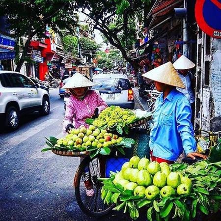 Anh trở lại Hà Nội, khám phá những con phố đông đúc người, xe và hàng rong.