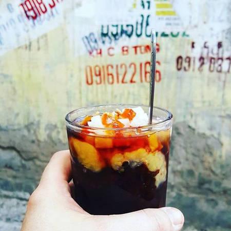 """""""Cách tốt nhất để trải nghiệm một nền văn hóa mới và học được nhiều hơn từ những người quanh bạn chính là chia sẻ đồ ăn cùng họ. Thật thích khi cùng với một người bạn Việt thưởng thức cốc chè làm từ đậu, dừa, chuối và thạch ngay trên đường phố Hà Nội"""", Marc chia sẻ."""