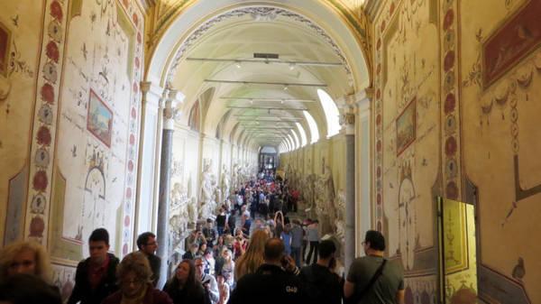 Du khách như lạc lối trong Vatican - Ảnh: Kim Ngân