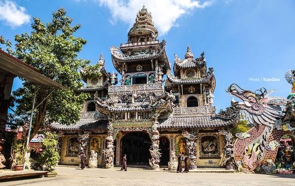 Cách TP Đà Lạt khoảng 8 km, chùa Linh Phước là một trong những điểm thu hút rất đông du khách đến tham quan vì sự cầu kỳ trong xây dựng cũng như các kỷ lục của nó. Chùa được khởi công xây dựng vào năm 1949 - 1953, hầu hết trang trí đều bằng mảnh sành sứ nhiều màu sắc. Từ ngoài cổng, du khách có thể thấy được sự bề thế của ngôi chùa.