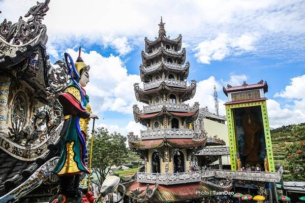 Từ chùa Linh Phước có thể nhìn rõ tòa Linh Tháp cao 7 tầng. Tòa tháp cũng được trang trí bằng các mảnh sành sứ. Bên cạnh là tượng Phật Bà Quan Âm được kết từ 700.000 bông hoa bất tử, cao 18 m, đạt kỷ lục châu Á.