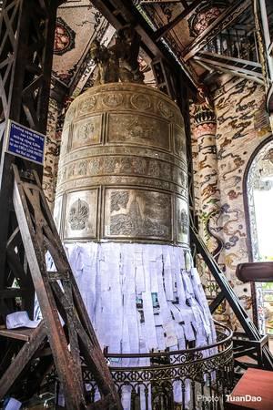 Bên trong tòa tháp có đại hồng chung nặng 8.500 tấn, được xác định là đại hồng chung lớn nhất Việt Nam. Các du khách đến đây thường viết tên mình và người thân vào giấy rồi dán lên đại hồng chung để cầu may mắn.