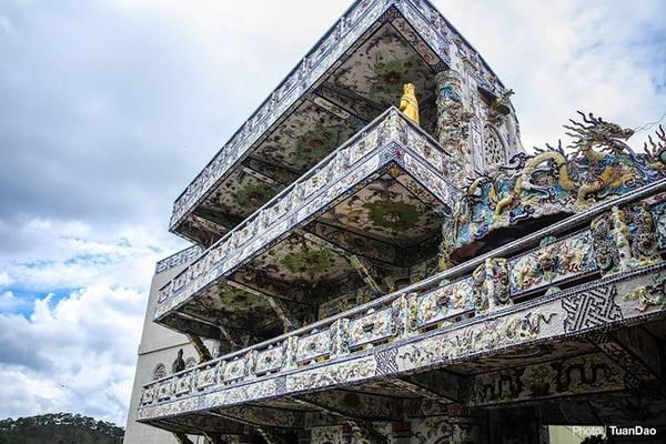 Xung quanh mỗi tầng gồm 108 tượng Quan Thế Âm Bồ Tát nhỏ hơn. Với 324 tượng, điện thờ ở đây được coi là nơi có số lượng tượng Quan Thế Âm nhiều nhất Việt Nam.