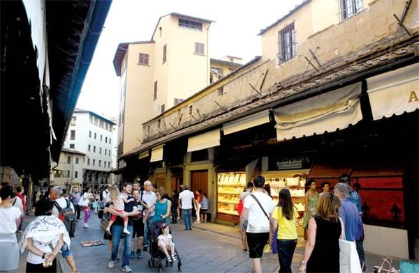 Du khách, cửa hàng trên cầu cổ Ponte Vecchio