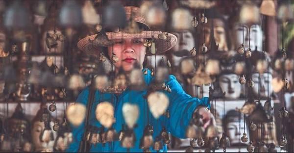 Dịch vụ ở Bagan khá tốt. Bạn có thể dễ dàng lựa chọn những món đồ lưu niệm với giá rẻ. Những bức phù điêu, tranh, tượng phật, chuông... là món quà phổ biến ở Myanmar.
