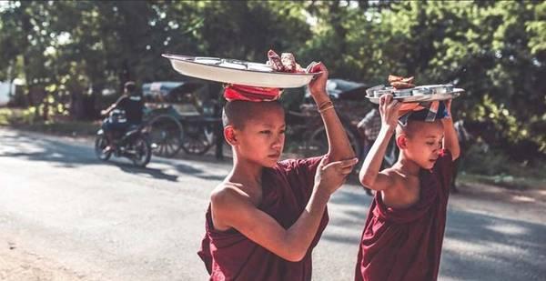 Đây là địa danh lưu giữ nhiều công trình văn hóa Phật giáo như đền, bảo tháp và tu viện. Thời gian đẹp nhất để du lịch Myanmar là vào tầm tháng 12 đến hết tháng 2. Sau đó, thời tiết nóng dần lên, khá oi bức, nhanh mệt.