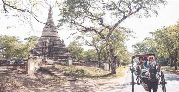 Đến Bagan, bạn có thể đi bộ, xe đạp hay xe ngựa, thong dong trên các con đường mòn đất đỏ ngắm nhìn những quần thể đền, chùa chiền và tu viện giữa khoảng trời bao la.