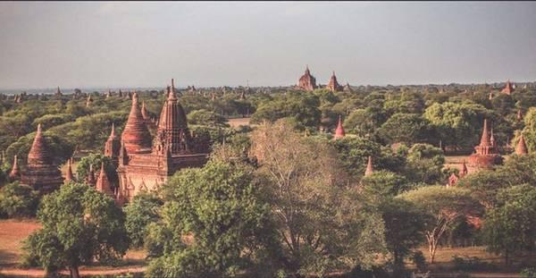 Đến nay, Bagan vẫn lưu giữ được khoảng 2.000 ngôi chùa và đền. Các ngôi đền ở đây khá gần nhau, bạn có thể đi khám phá hết khu vực này bằng phương tiện đơn giản.
