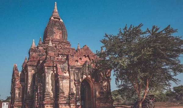 Bagan nổi tiếng với những ngôi chùa làm bằng gạch đỏ và sau đó được phủ vàng. Đền đài ở đây có nét đẹp huyền diệu qua thời gian, những bức tượng Phật khổng lồ, tranh trang trí tinh xảo...