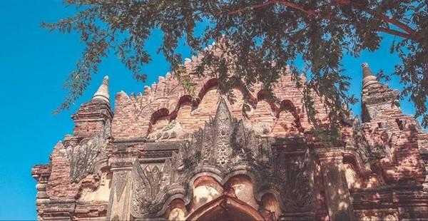 Một điều đáng chú ý là ở Myanmar, trước khi bước vào các ngôi đền chùa, với lòng thành kính, mọi người phải tháo giày, dép, tất và để bên ngoài.