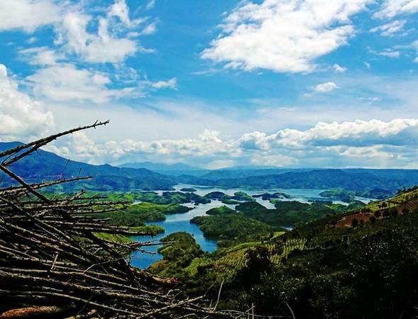 """Từ ngã ba rẽ trái đi Quảng Sơn nếu đi thêm 15 km sẽ tới chỗ có thể ngắm hồ Tà Đùng - """"vịnh Hạ Long của Tây Nguyên"""" ."""