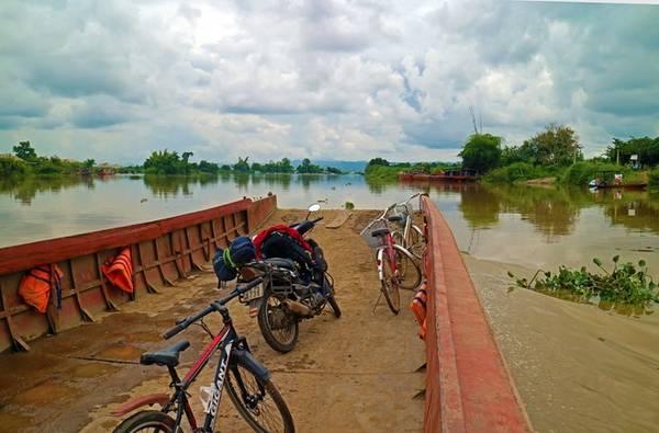 Đò qua sông Serepok, xuôi dòng là tới thác Dray Sap.