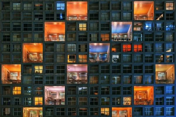 Những ánh đèn màu khiến khu chung cư trở nên sinh động vào đêm.