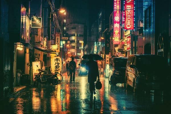Một công chức hối hả về nhà dưới màn mưa buổi tối.