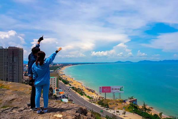 Nhìn từ đỉnh đồi, bạn sẽ được chiêm ngưỡng bức tranh 3D của toàn thành phố biển. Ảnh: Anh Phát.