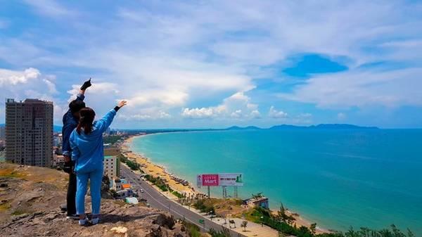 """Nhìn từ đỉnh đồi, bạn sẽ được chiêm ngưỡng """"bức tranh 3D"""" của toàn thành phố biển. Ảnh: Anh Phát."""