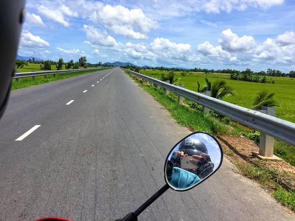 Theo Bao Nguyen, vì là dân mê phượt nên mình chọn xe máy để di chuyển đến Hà Tiên. Vừa có thể chủ động thời gian vừa vi vu trên đường.Những con đường thẳng tấp khi đi qua vùng 7 núi An Giang để đến bến tàu Hà Tiên.