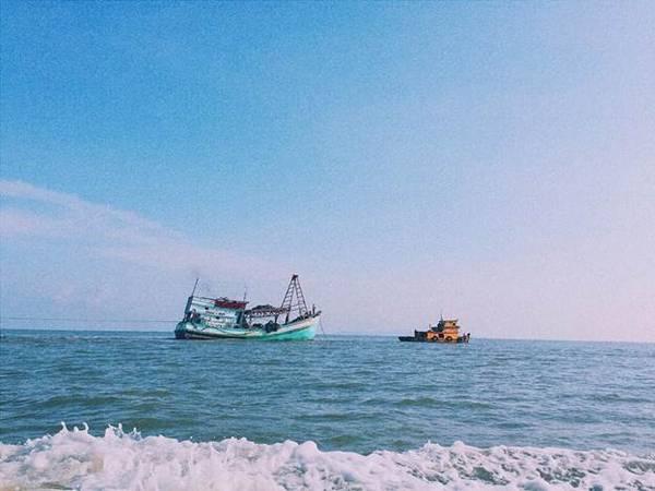 Những con tàu đánh cá trên đường ra đảo.
