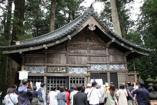 Kiến trúc đền thờ Toshogu để lại cho người sau cả một kho tàng về triết lý nhân sinh. Các hình ảnh khỉ đã được nhân cách hóa mô tả về đời sống con người.