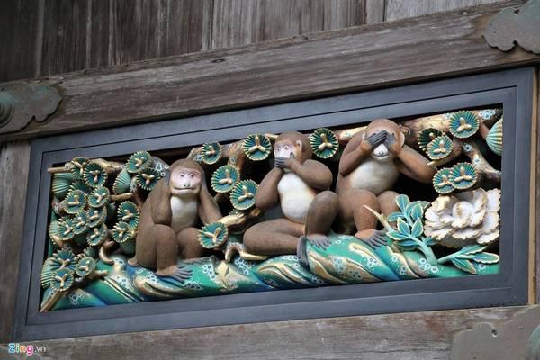 Một trong số đó có bức đặc biệt nhất khắc 3 chú khỉ, có tên từng chú khỉ là Kikazaru (bịt tai), Mizaru (bịt mắt) và Iwazaru (bịt miệng). Ba chú khỉ với vẻ mặt ngộ nghĩnh là hình tượng người Nhật Bản biểu đạt triết lý nhà Phật dạy rằng không nghe điều bậy, không nhìn điều bậy, không nói điều bậy. Bức khắc này của nghệ nhân Hidari Jingoro nổi tiếng từ thế kỉ 17.