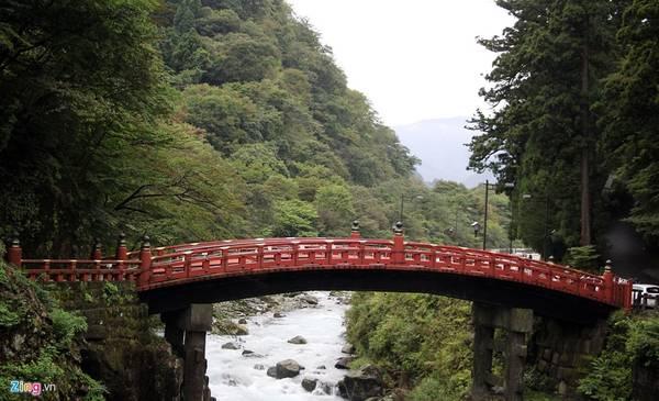 Đường vào đền Nikko Toshogu vắt ngang con sông Daiya, với cây cầu Thần gỗ cong (Shin kyo) sơn son đẹp mắt, giống như cầu Thê Húc ở Hồ Gươm, Hà Nội. Đây là một trong 3 cây cầu đẹp nhất Nhật Bản.