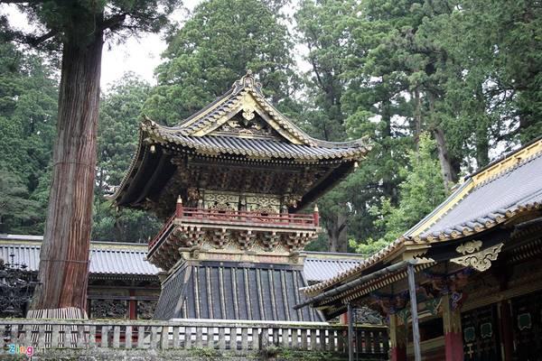 Nikko được ví như viên đá quý, bởi vẻ đẹp tự nhiên và vẻ đẹp kiến trúc Nhật Bản. Kiến trúc điện thờ vô cùng sắc sảo. Các nhà sử học ước lượng rằng để hoàn tất kiến trúc đền thờ Toshogu tốn khoảng 40 tỷ yen vào thời điểm ngày nay (8.547 tỷ đồng).