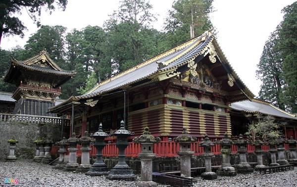 """Đền chùa Nikko là tên gọi chung của quần thể đền, chùa cổ nổi tiếng ở thành phố Nikko, tỉnh Tochigi. Dân địa phương thường gọi quần thể này là """"hai đền một chùa"""", bởi quần thể gồm hai đền thờ Thần đạo Nikko Tosho-gu (đền Futarasan) và một ngôi chùa Phật giáo là chùa Rinno. 5 kiến trúc của đền Nikko Toshogu đã được Nhật Bản xếp vào hàng quốc bảo, và ba kiến trúc khác là tài sản văn hóa trọng yếu."""